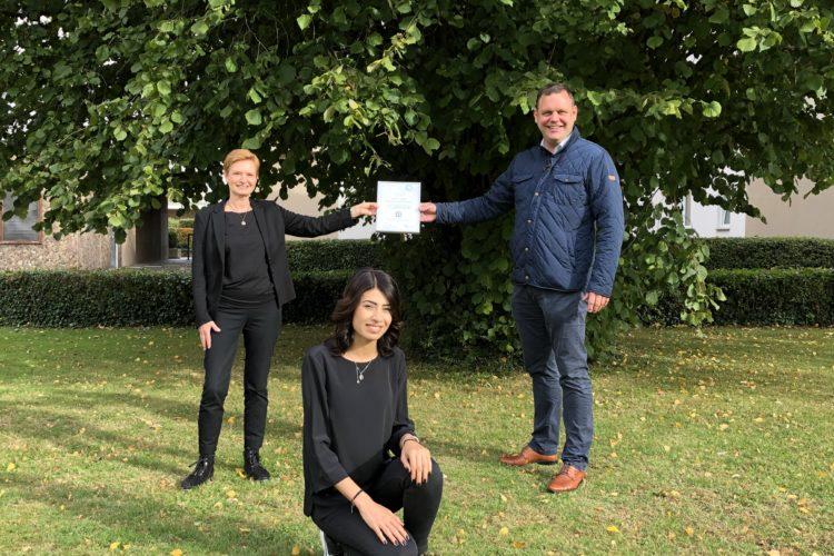 Friseur- und Kosmetiksalon Bettina Niese aus Bielefeld erhält Urkunde für kulturelle Vielfalt